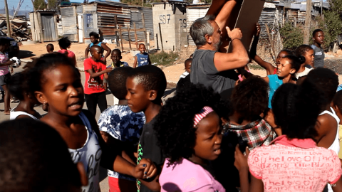 Luc Besson avec les enfants de Wellington - Save Kids Lives - Un film de Luc Besson - #SAVEKIDSLIVES - fondation FIA